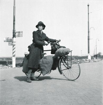 CHVTB, Hongerwinter, huisvrouw op fiets.